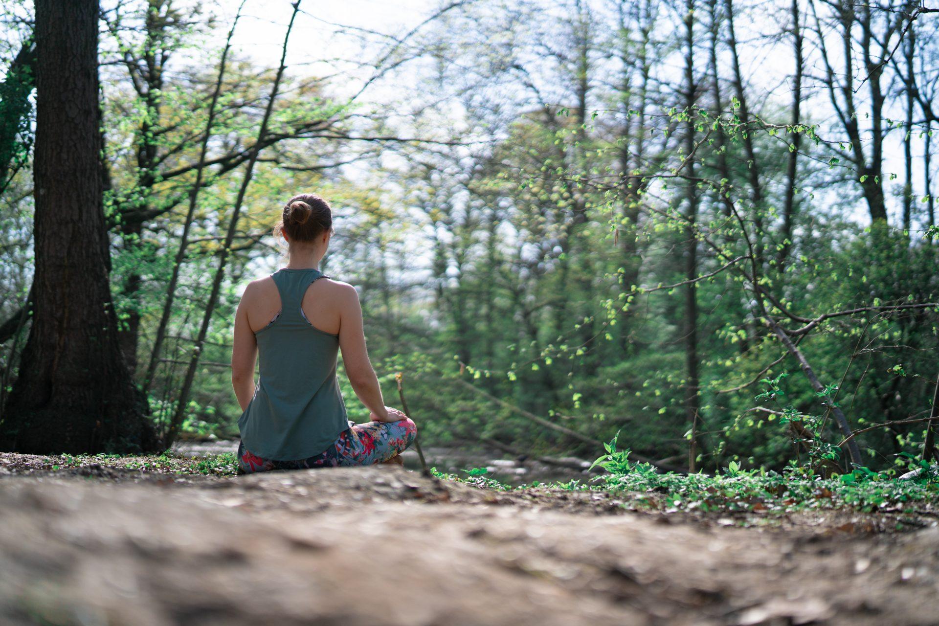 Renée Lohbusch meditiert im Wald